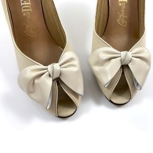 Vintage CALIFORNIA DEBS nude leather pumps w/ bow
